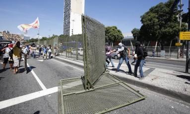 Manifestantes derrubam grades da Presidente Vargas após aprovação de venda da Cedae Foto: Pablo Jacob / O Globo