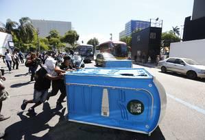 Manifestantes arrastam banheiros químicos para o meio da Avenida Presidente Vargas em protesto contra privatização da Cedae Foto: Pablo Jacob / O Globo
