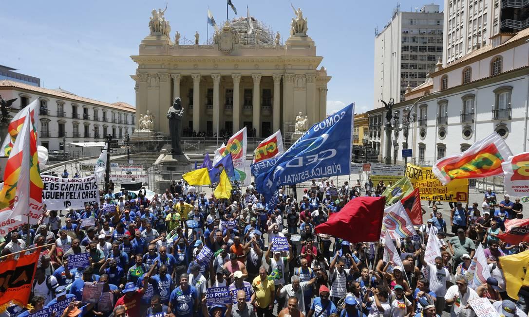 Servidores protestam em frente à Alerj contra a venda da Cedae, aprovada pelos deputados Foto: Domingos Peixoto / Agência O Globo - 20/02/2017