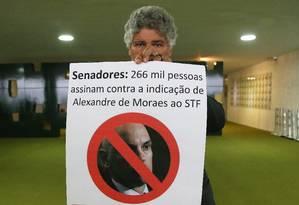 O deputado federal Chico Alencar (PSOL-RJ) mostra cartaz contra a indicação de Alexandre de Moraes ao STF Foto: Ailton de Freitas / Agência O Globo