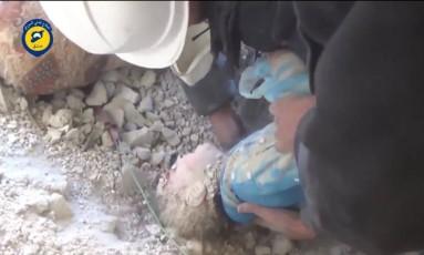 Identificada como Aya, menina síria foi resgatada com vida após pedidos desesperados Foto: Reprodução