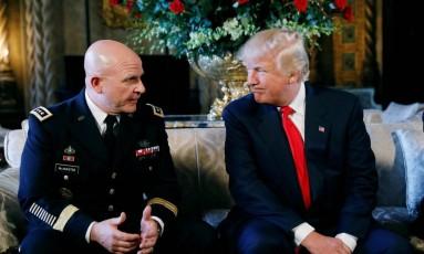 Presidente Donald Trump se senta ao lado do seu noov conselheiro de Segurança Nacional em resort de Mar-a-Lago Foto: KEVIN LAMARQUE / REUTERS