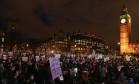 Manifestantes protestam na frente do Parlamento britânico contra a visita de Donald Trump ao Reino Unido Foto: JUSTIN TALLIS / AFP