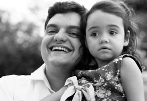Rodrigo e Manuela: quando ela tem crise, ele e a mulher se revezam para dormir Foto: Acervo pessoal
