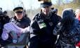 Mãe e filho são levados por policiais canadenses em Hemmingford, Quebec Foto: CHRISTINNE MUSCHI / REUTERS
