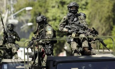 Em ação. Militares fazem patrulhamento no Rio Foto: Gabriel de Paiva/15-2-2017