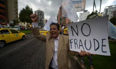 Manifestantes protestam em apoio ao candidato presidencial Guillermo Lasso em Quito Foto: RODRIGO BUENDIA / AFP