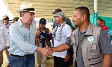 Presidente Juan Manuel Santos cumprimenta guerrilheiro em visita a zona de desmobilização das Farc na Colômbia Foto: HO / AFP