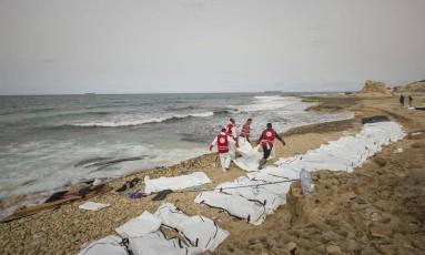 Socorristas retiram corpos de imigrantes encontrados no litoral da Líbia Foto: Reprodução/Twitter
