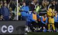 Wayne Shaw, de pé, come uma torta no banco de reservas do Sutton durante derrota para o Arsenal pela Copa da Inglaterra Foto: Andrew Couldridge / REUTERS