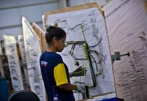 Mulher trabalha na STEMAC SA Grupos Geradores em Itumbiara. Foto: Dado Galdieri/Bloomberg Foto: Dado Galdieri / Bloomberg
