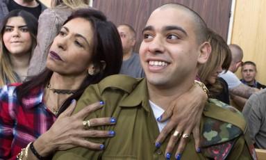 Soldado Elor Azaria ouve sentença em corte militar de Tel Aviv abraçado pela sua mãe Foto: POOL / REUTERS