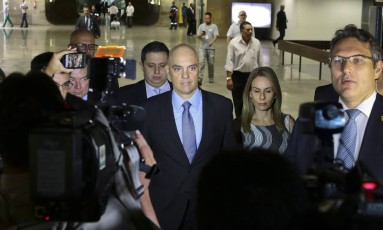 O ministro licenciado da Justiça, Alexandre de Moraes, ao lado da esposa, Viviane, na entrada da sala da comissão que julgará sua indicação para o STF Foto: Jorge William / O Globo