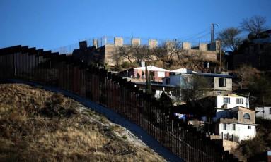 Cerca separa México e Estados Unidos na fronteira entre os dois países Foto: LUCY NICHOLSON / REUTERS