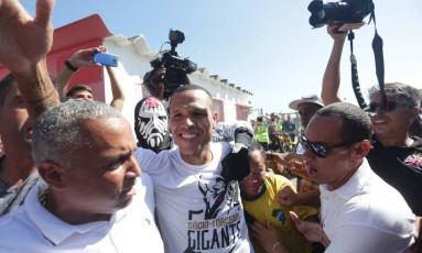 Luis Fabiano desembarca no Santos Dumont cercado por torcedores e funcionários do Vasco Foto: Márcio Alves / Agência O Globo