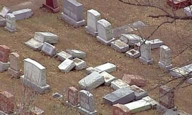 Lápides derrubadas em cemitério judeu Foto: Reprodução/AP