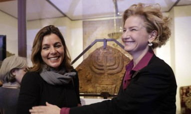 Barbara Jatta, diretora da área de museus do Vaticano, e Alessandra di Castro, diretora do Museu Judaico de Roma, posam na frente da menorá, artefato das duas religiões Foto: AP