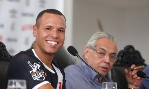 Luis Fabiano concede entrevista coletiva ao lado do presidente do Vasco, Eurico Miranda Foto: Márcio Alves / Agência O Globo