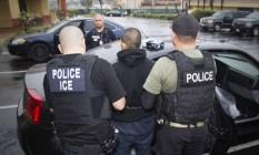 Autoridades americanas prendem imigrante ilegal em Los Angeles Foto: Charles Reed / AP