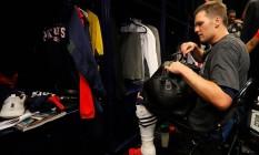 Tom Brady procura sua camisa no vestiário após o Super Bowl Foto: Kevin C. Cox / Kevin C. Cox/AFP