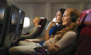 Passageiros em um A330 da Qantas, um dos primeiros aviões a ter acesso ao conteúdo de Netflix e Spotify Foto: Divulgação / Qantas
