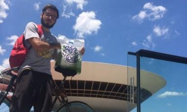 Pedal. Victor Ramos com a bicicleta que usa para fazer entregas Foto: Divulgação