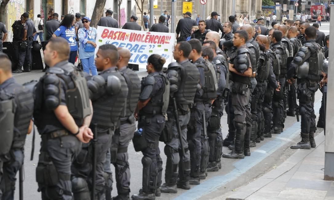 Manifestação na Alerj interdita ruas do Centro do Rio