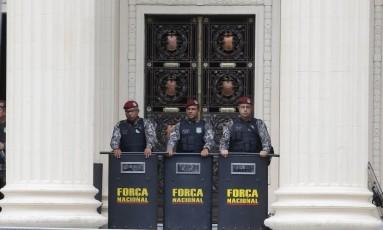 Servidores protestam durante a votação de emendas a projetos de venda da Cedae na Alerj Foto: Domingos Peixoto / Agência O Globo