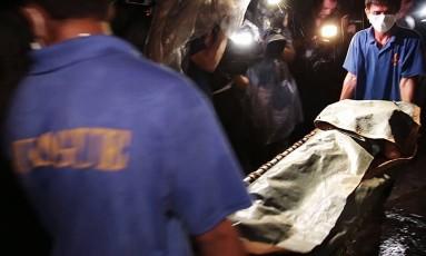 Corpos de vítimas da guerra às drogas promovidas pelo presidente filipino, Rodrigo Duterte, são recolhidos em Manila Foto: © Amnesty International (photographer Alyx Ayn Arumpac)