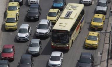 Acidente provoca engarrafamento na Avenida Brasil Foto: Márcio Alves / Agência O Globo