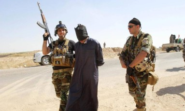 Soldados curdos iraquianos detêm jihadista que lutava pelo Estado Islâmico Foto: Reuters