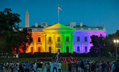 Casa Branca é iluminada com cores do arco-íris para comemorar decisão da Suprema Corte de legalizar o casamento gay em todo o país Foto: Pablo Martinez Monsivais/AP