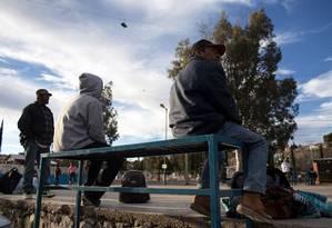 Migrantes deportados aguardam em parque perto da fronteira em Nogales Foto: GUILLERMO ARIAS / AFP