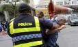 Jornalista Caco Barcellos, da TV Globo, é agredido em protesto no Rio Foto: Domingos Peixoto / Agência O Globo / 16-11-2016
