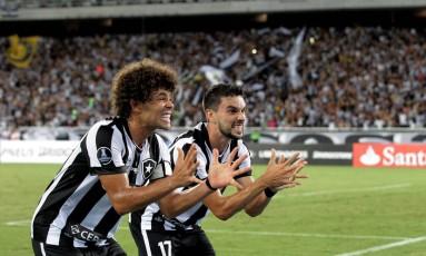 Camilo e Rodrigo Pimpão comemoram gol do Botafogo sobre o Olimpia no Engenhão Foto: Marcelo Theobald / Marcelo Theobald/15-2-2017
