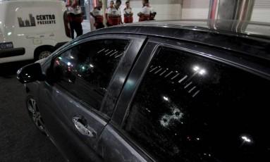 Veículo utilizado pelos criminosos que bateu em ônibus Foto: Pedro Teixeira / Agência O Globo