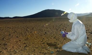 Cientista coleta amostras de solo no deserto do Atacama, no Chile Foto: NASA