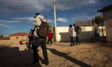 Imigrantes recém deportados para o México andam próximo a fronteira com o Estados Unidos Foto: Guillermo Arias / AFP