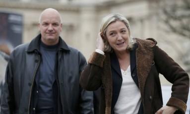 Presidenciável francesa Marine Le Pen caminha perto do seu guarda-costas, Thierry Legier, em Paris Foto: GONZALO FUENTES / REUTERS