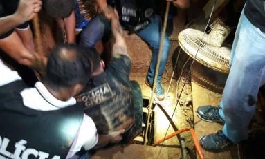 Policiais entram em túnel que estava sendo construído em Porto Alegre Foto: Polícia Civil/ / Divulgação