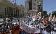 Protesto em frente à Alerj durante votação de medidas contra a crise