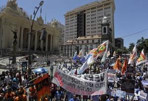 Protesto em frente à Alerj durante votação de medidas contra a crise Foto: Gabriel Paiva em 09/02/2017 / Agência O Globo