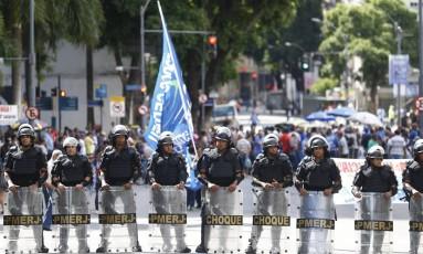 Policiais do Batalhão de Choque fazem policiamento no entorno da Alerj Foto: Pablo Jacob / O Globo