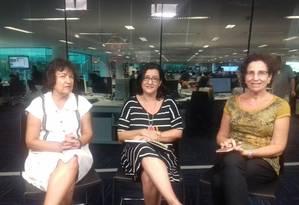A jornalista Cassia Almeida (centro) recebe a economista da UFF Hildete Pereira de Melo (à esq.) e a socióloga da UFRJ Bila Sorj (à direita) Foto: Agência O Globo