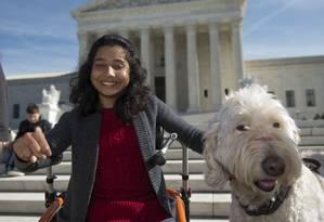 Ehlena Fry, de 13 anos, posa com seu cachorro, Wonder, em frente à Suprema Corte dos EUA após resultado favorável Foto: Molly Riley / AP
