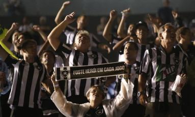 Torcida do Botafogo vibra no Defensores del Chaco, em Assunção Foto: Cesar Olmedo / AP