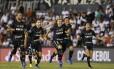 Jogadores do Botafogo correm para comemorar com o goleiro Gatito Fernandez, herói da classificação à fase de grupos Foto: Cesar Olmedo / AP