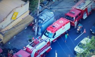 Bombeiros na porta de padaria em Benfica Foto: Reprodução/TV Globo