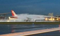 Turbina de avião da Latam pegou fogo na pista do aeroporto de Congonhas na quarta-feira Foto: Instagram ozgomes / Reprodução