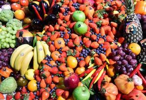 Pesquisador recomenda a ingestão de diferentes tipos de frutas e vegetais Foto: TOBIAS SCHWARZ / AFP